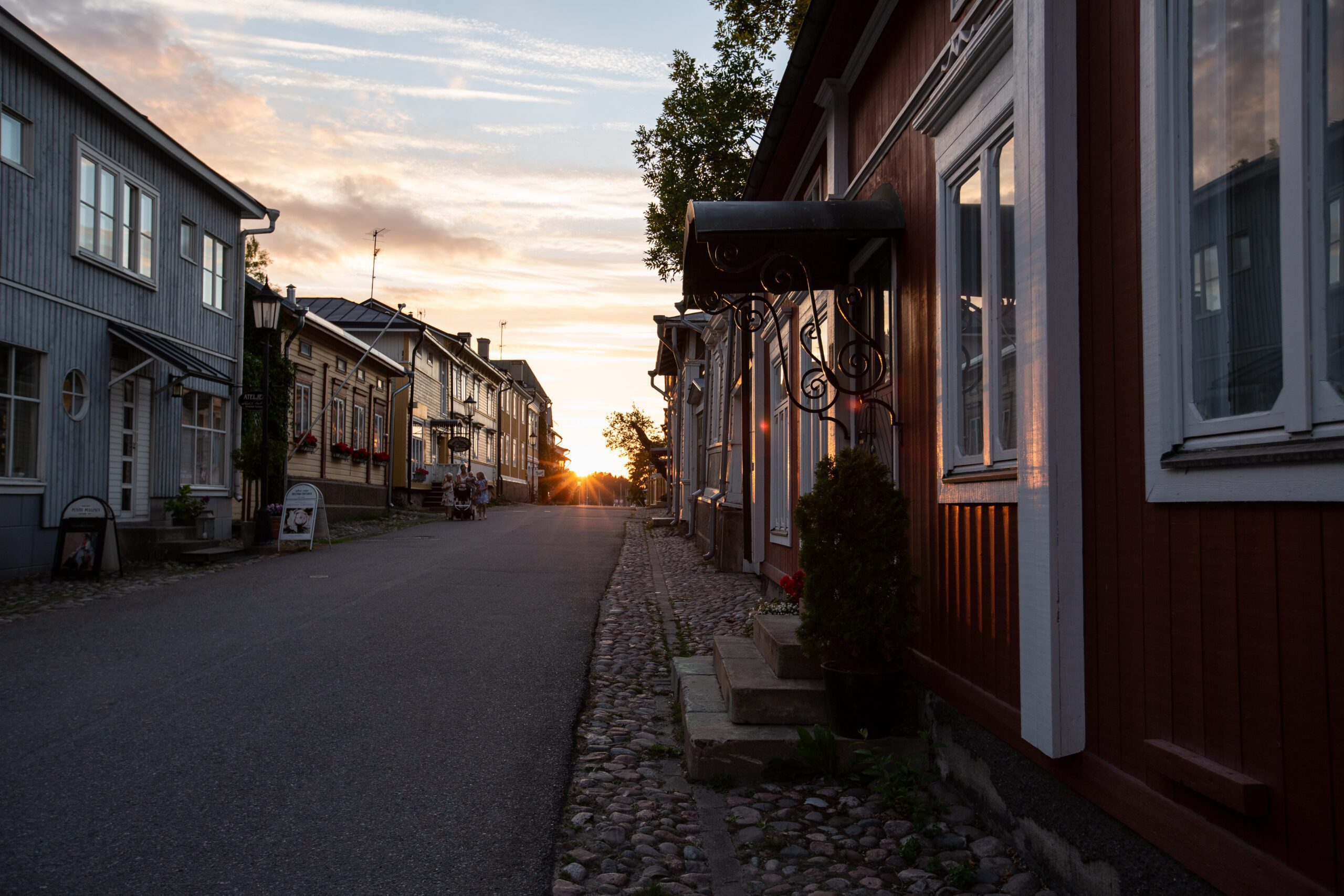 Naantalin vanhan kaupungin katu auringonlaskun aikaan