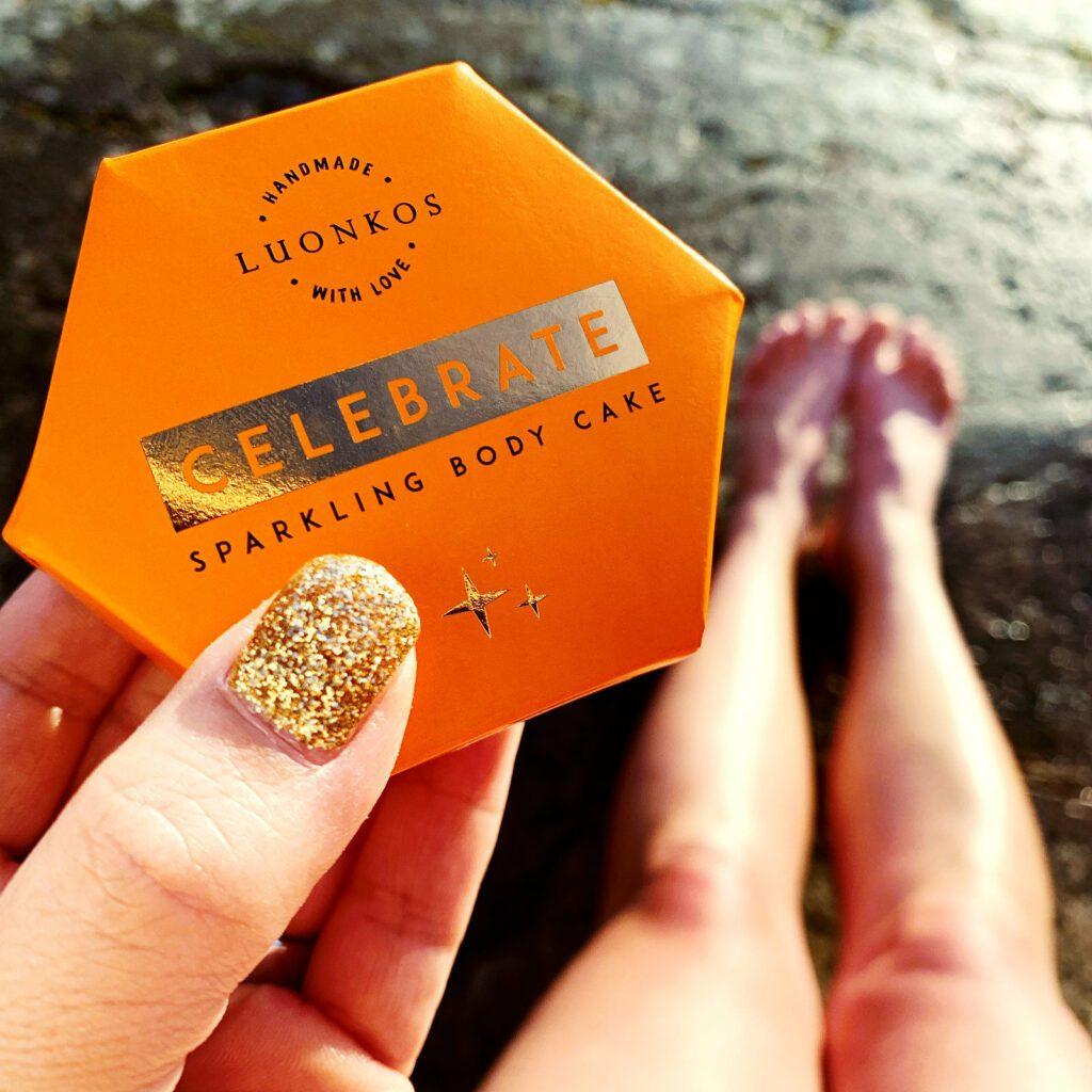 Oranssi Luonkos luonnonkosmetiikan Celebrate-kakku pakkauksessa.