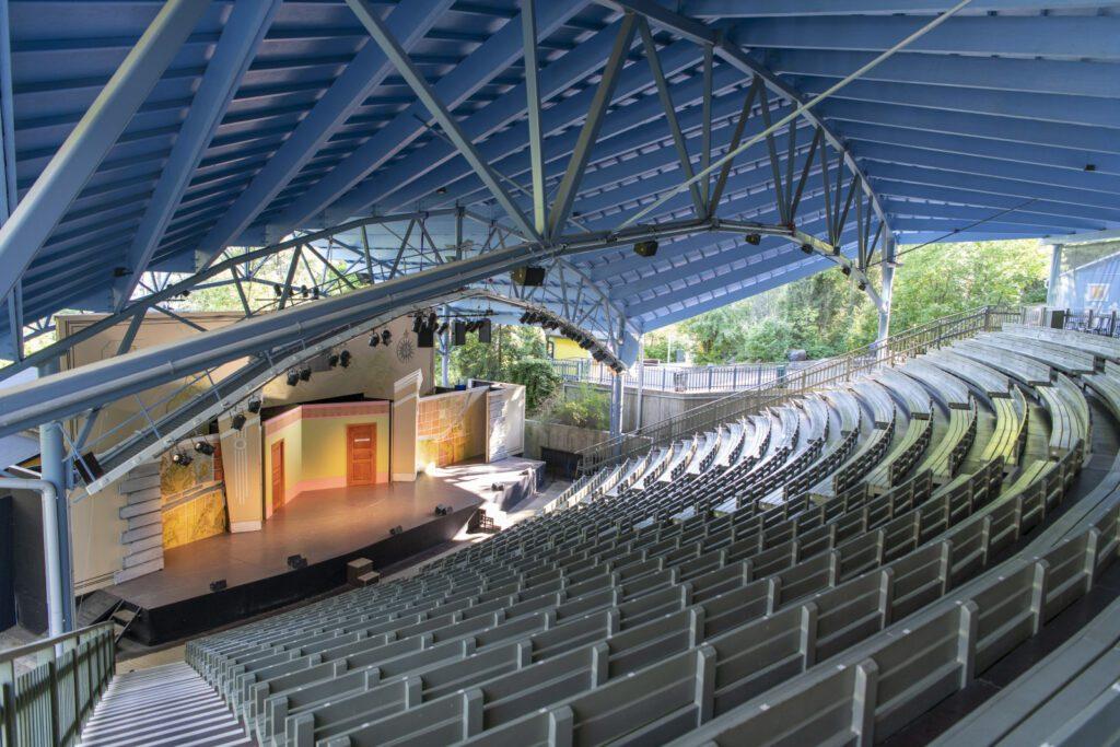 Emma Teatterin katsomo ja lava ylhäältä päin, katsomo on tyhjä.