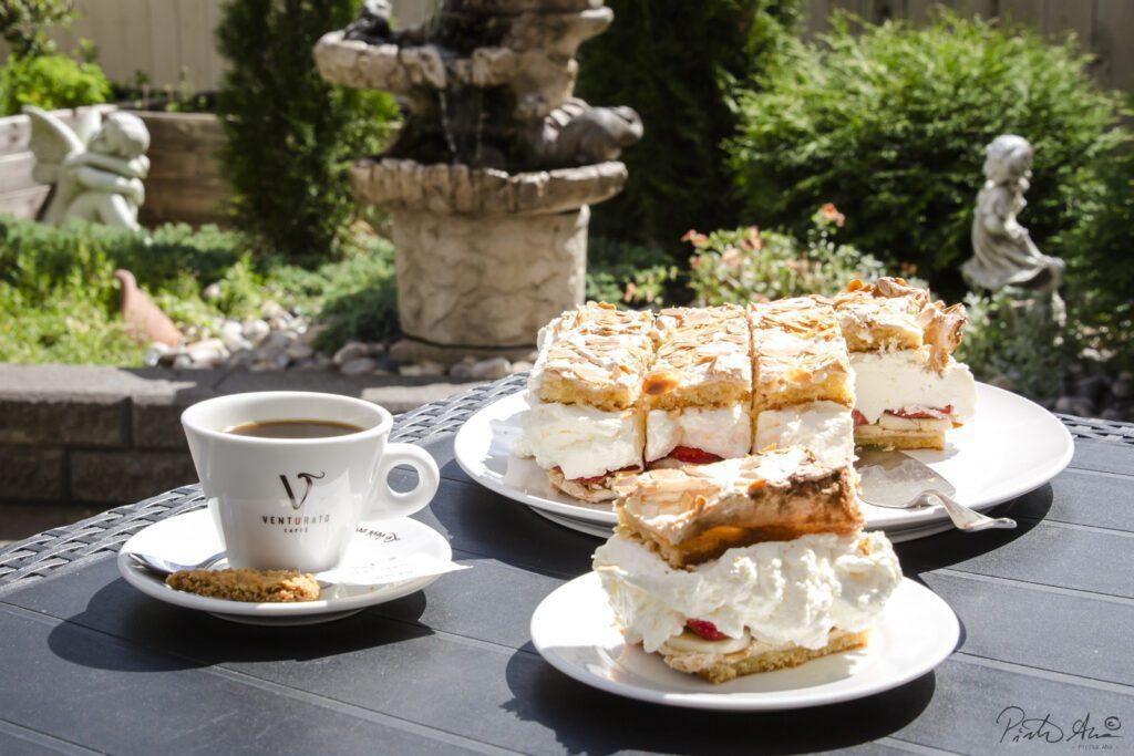 Kahvilan terassinpöytä, jossa valkoinen kahvikuppi ja Brita-leivoksia.