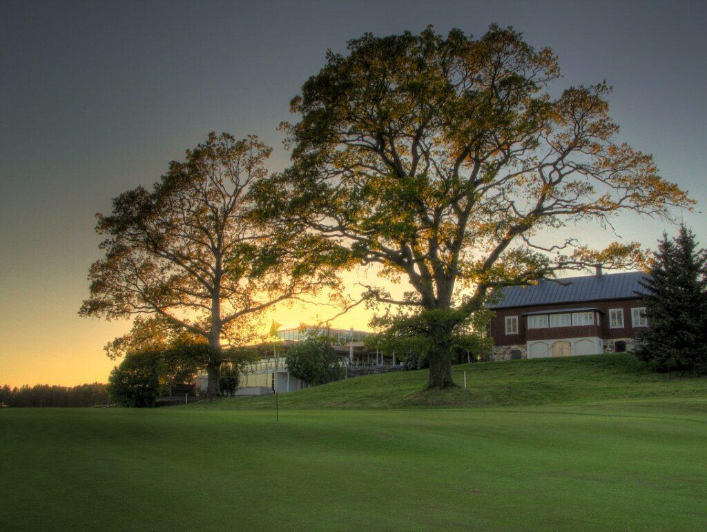 Kultaranta Resortin klubirakennus ja golfkentät auringonlaskun aikaan.