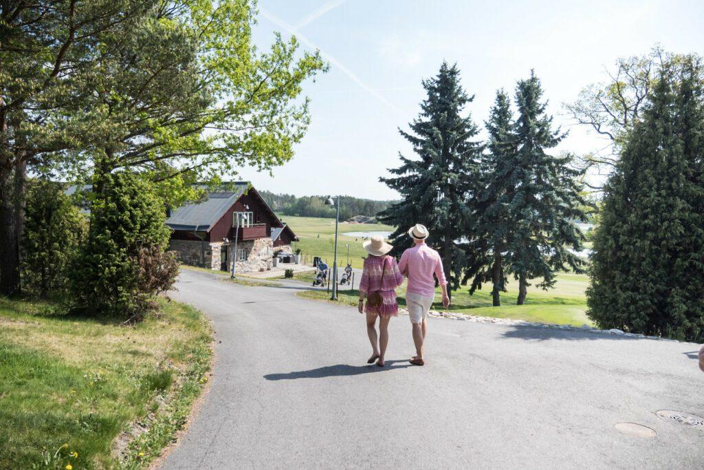 Kultaranta Resort ja pariskunta kesällä.