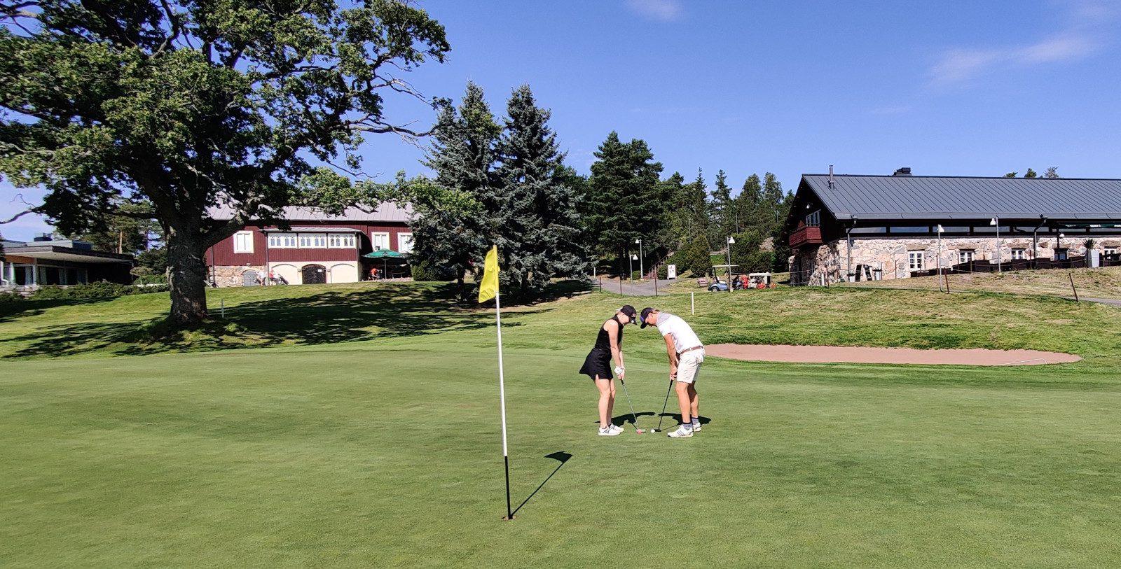 Kultaranta Resortin golfkenttä ja kaksi pelaajaa.