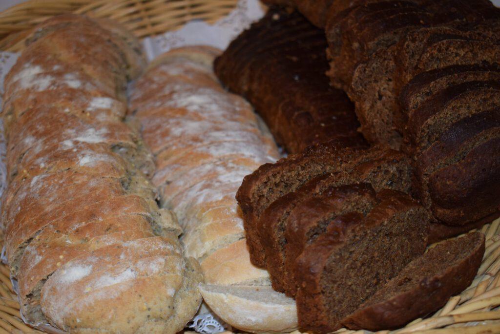 Korissa vaaleaa ja tummaa leipää viipaloituna.