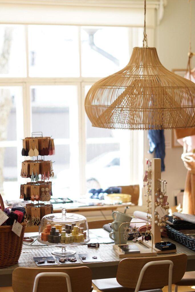 Luonkos luonnonkosmetiikan myymälä tila, jossa pöytä ja myytäviä tuotetita telineissä.
