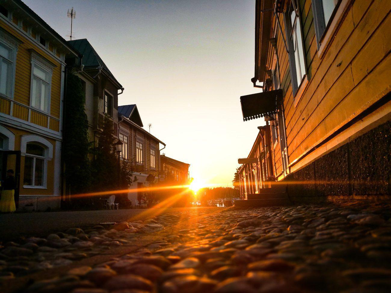 Naantalin Mannerheiminkatu auringonlaskun aikaan.