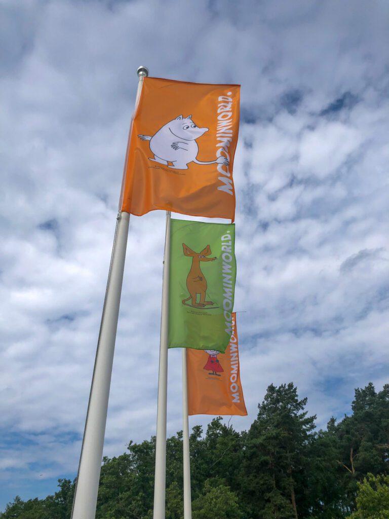 Muumimaailman lipputangot, joissa liehuu muumilippuja.