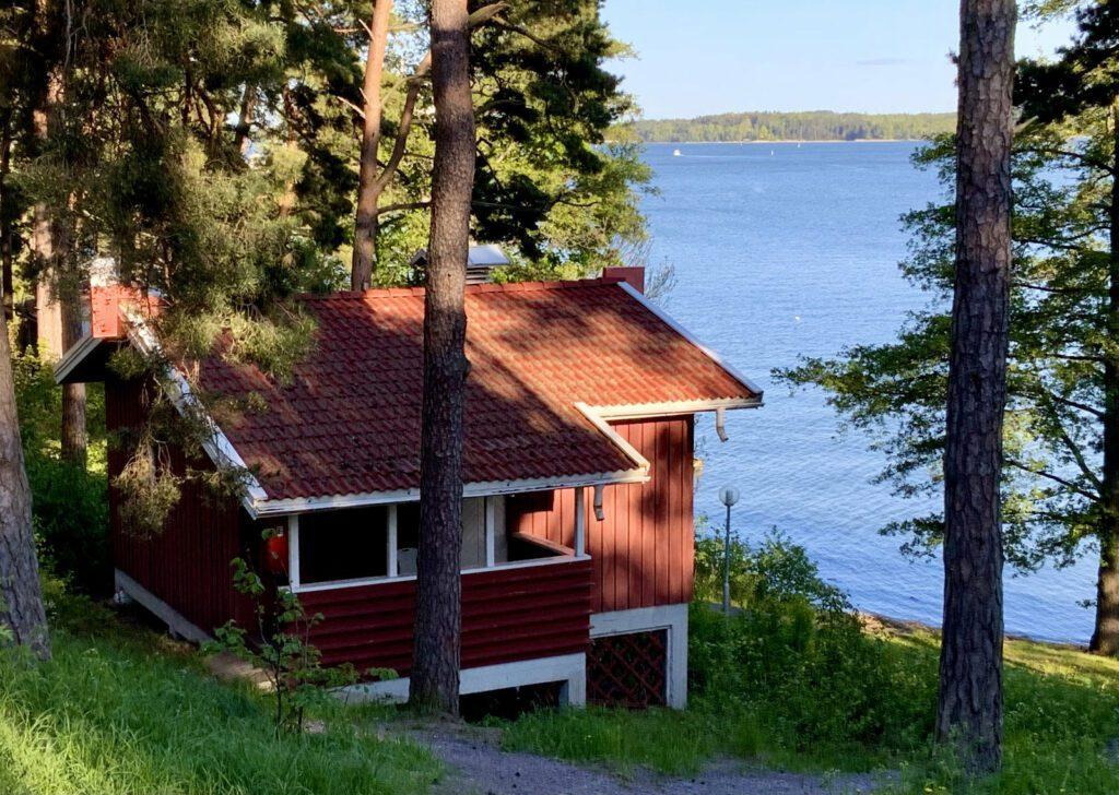 Naantalin Campingin punainen mökki meren rannalla.