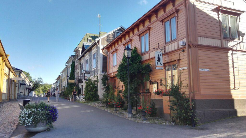 Naantalin vanhan kaupungin Mannerheiminkatu. Oikealla oranssi puutalo, sininen taivas taustalla.