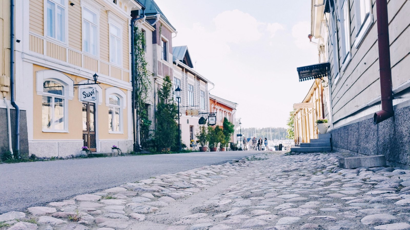 Naantalin vanhan kaupungin Mannerheiminkatu, jota keltaiset ja muut värikkäät puutalot reunustavat.