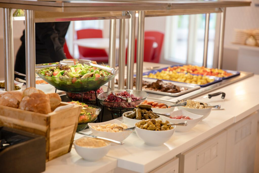 Emma Teatterin teatteriravintolan buffet-tarjoilu, salaatteja ja tarjoiluastioita, joissa ruokia.