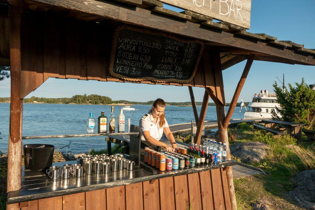 Ukkopekan Loistokarin saaren baari ja tarjoilija.