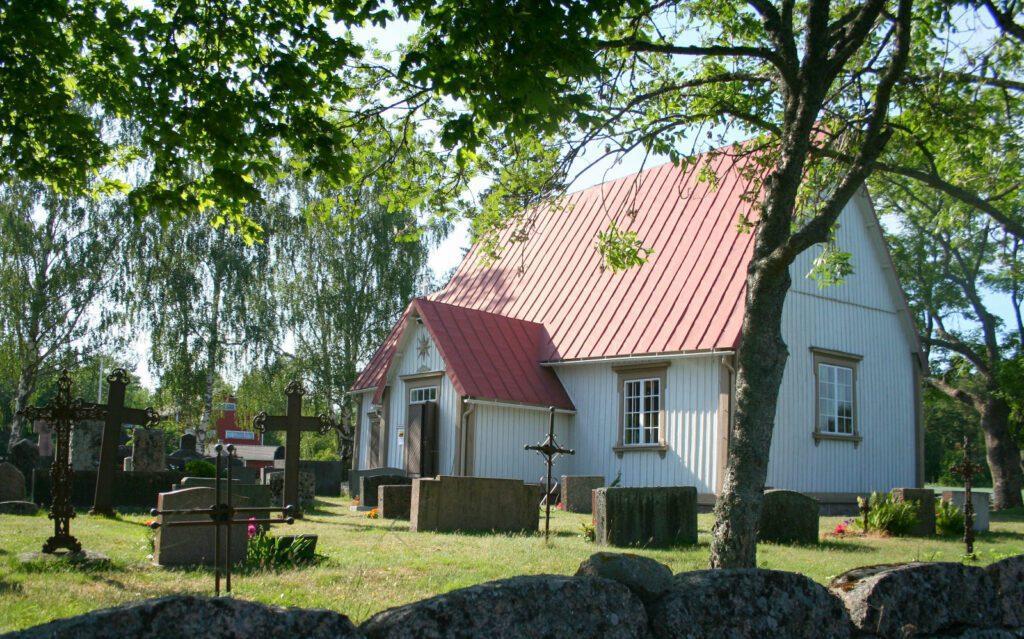 Velkuan Palvan saaren valkoinen puukirkko,jossa punainen katto.
