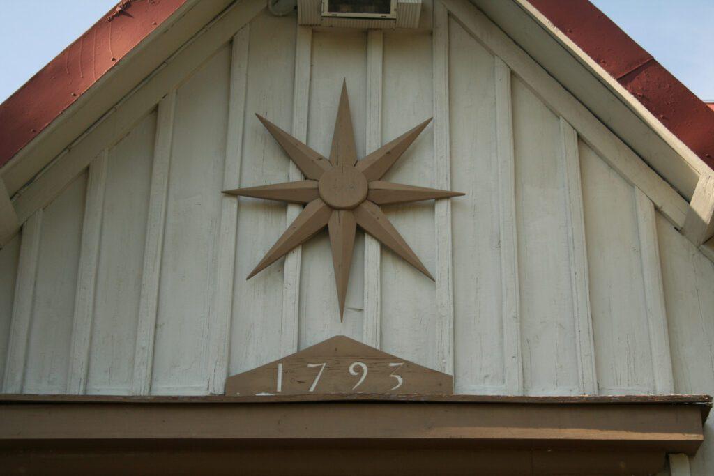 Velkuan kirkon seinän pääty, jossa vuosiluku 1793.