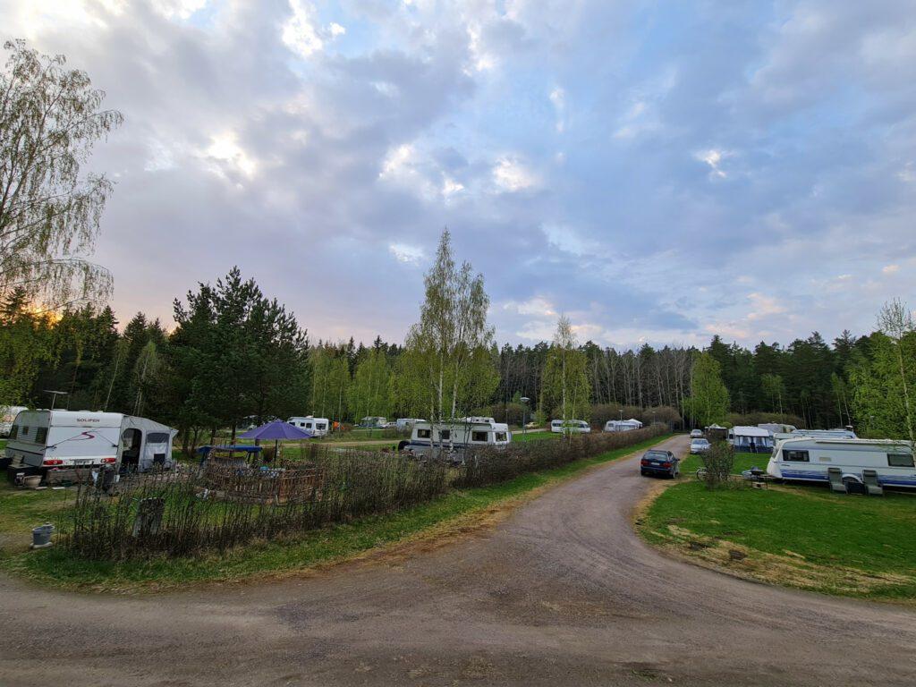 Villan tilalle vievä tie ja asuntoautoja parkissa.