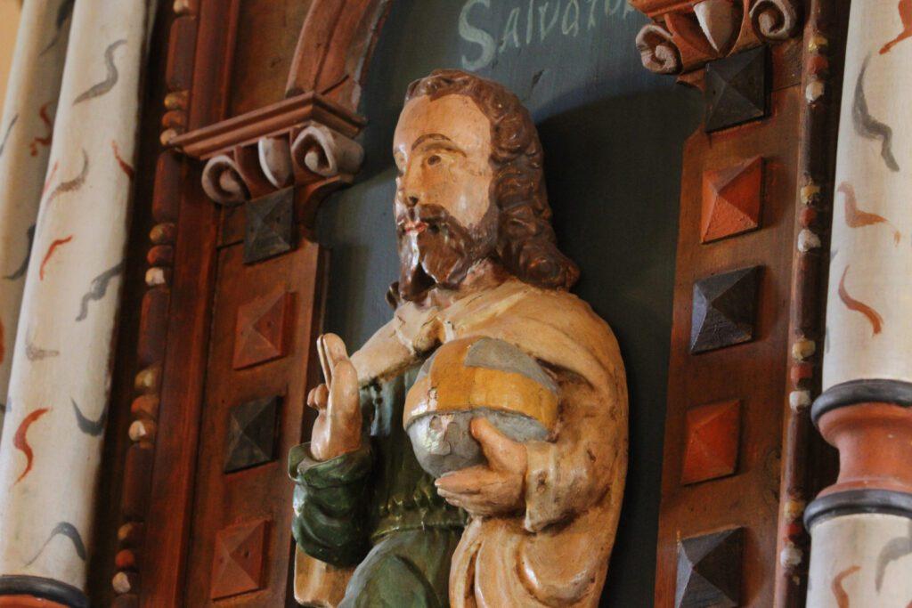 Yksityiskohta pyhimyspatsaasta Merimaskun kirkon saarnatuolissa.