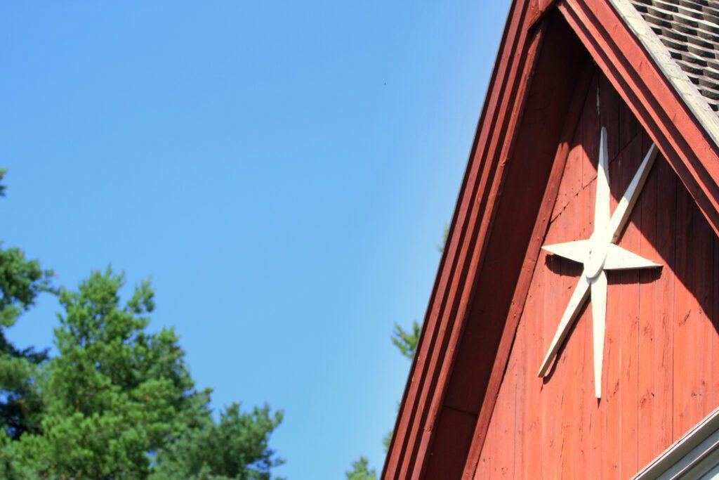 Valkoinen puinen tähti Merimaskun kirkon punaisessa ulkoseinässä.