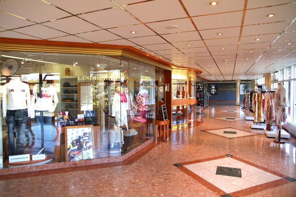 Naantalin Kylpylän käytävä ja Promenade-myymälän näyteikkuna.