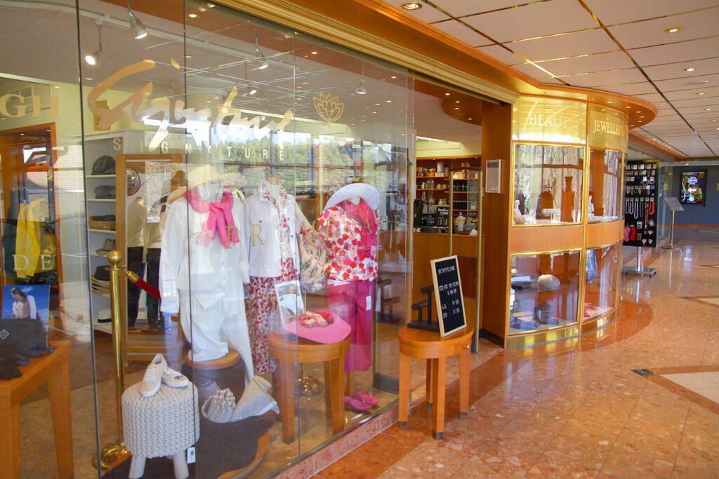 Promenade-myymälän näyteikkuna, jossa esillä vaatteita.